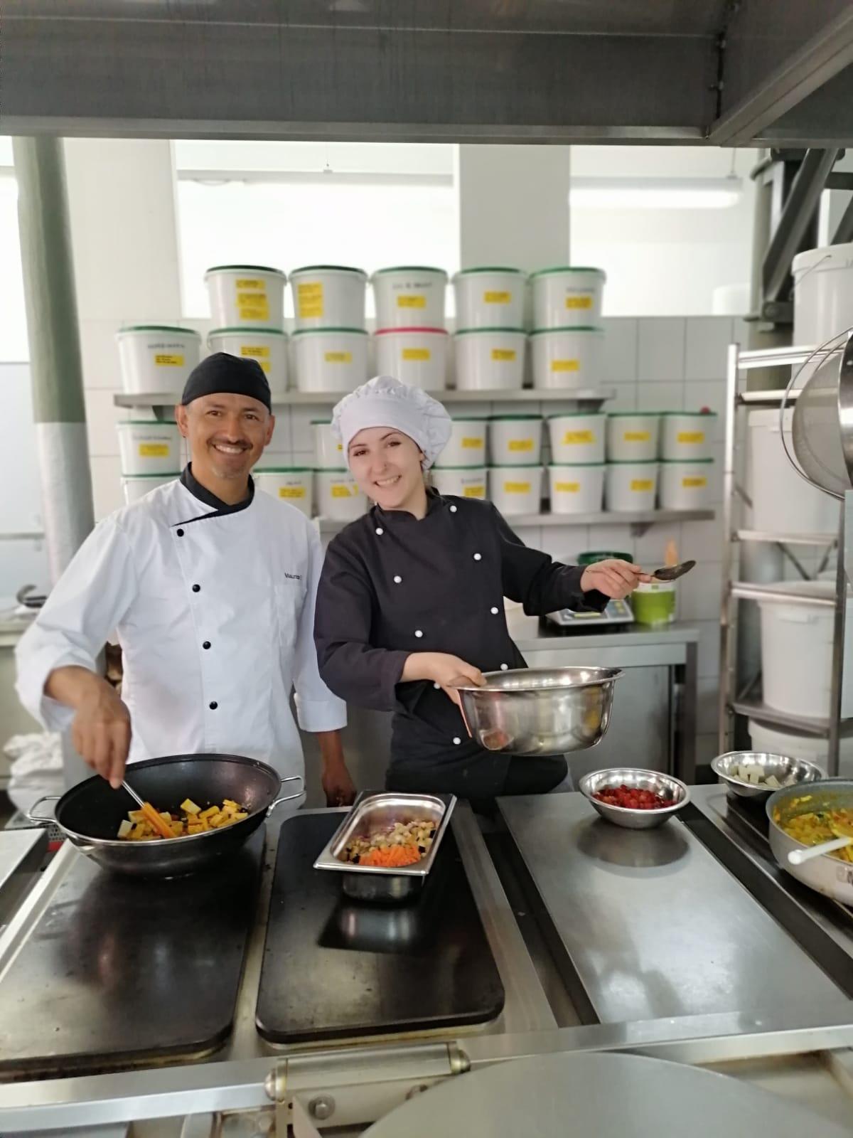 Köchin Olga mit Chefkoch Mauricio bei der Rezeptentwicklung