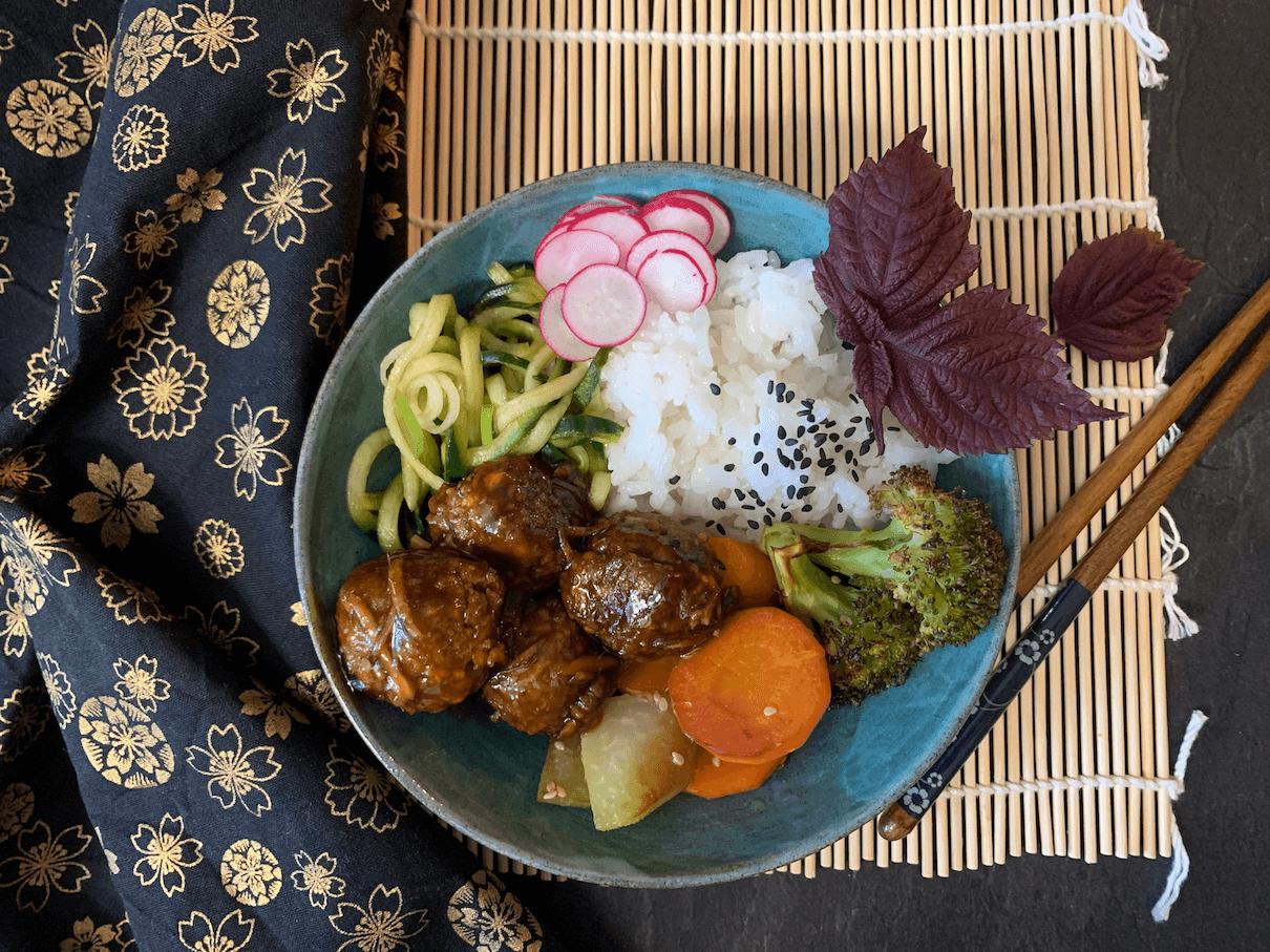 Ein japanischer Klassiker wird vegan: vegane Teriyaki Fleischbällchen.