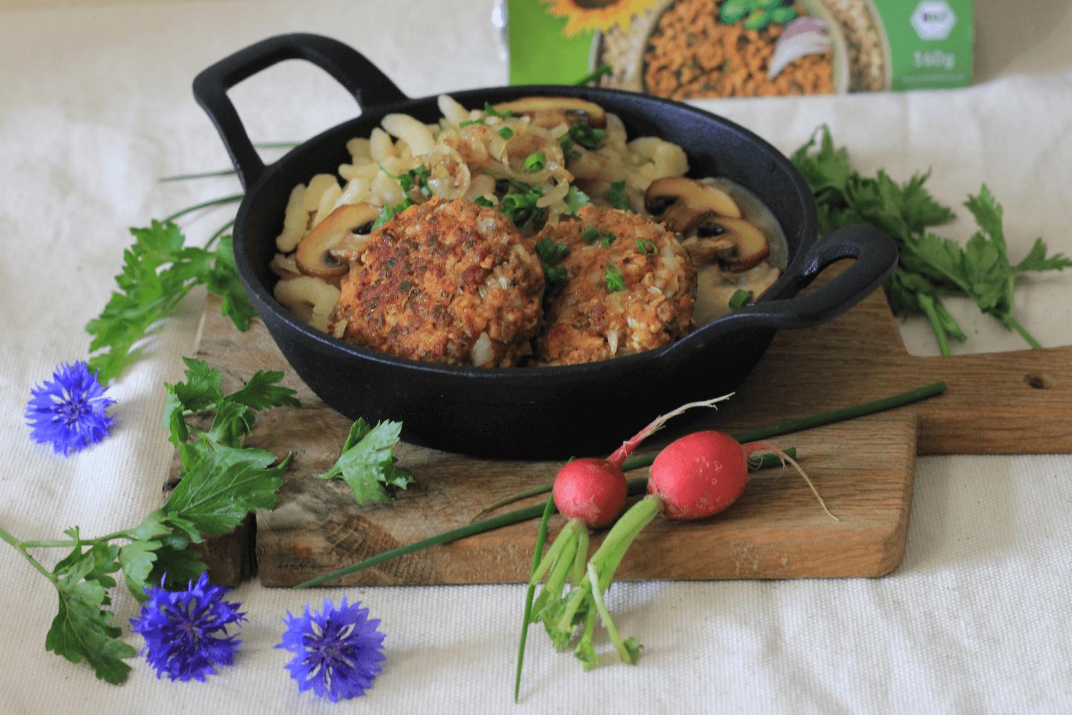 Vegane Fleischpflanzern mit Rahmschwammerlsauce. Mit unserem Rezept gelingt dir der Klassiker auch in vegan!